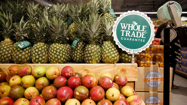 Kệ hàng Whole Foods /// Ảnh: Bloomberg