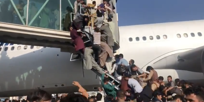 Taliban confiscate civilian weapons, Kabul airport continues to be chaotic - photo 2