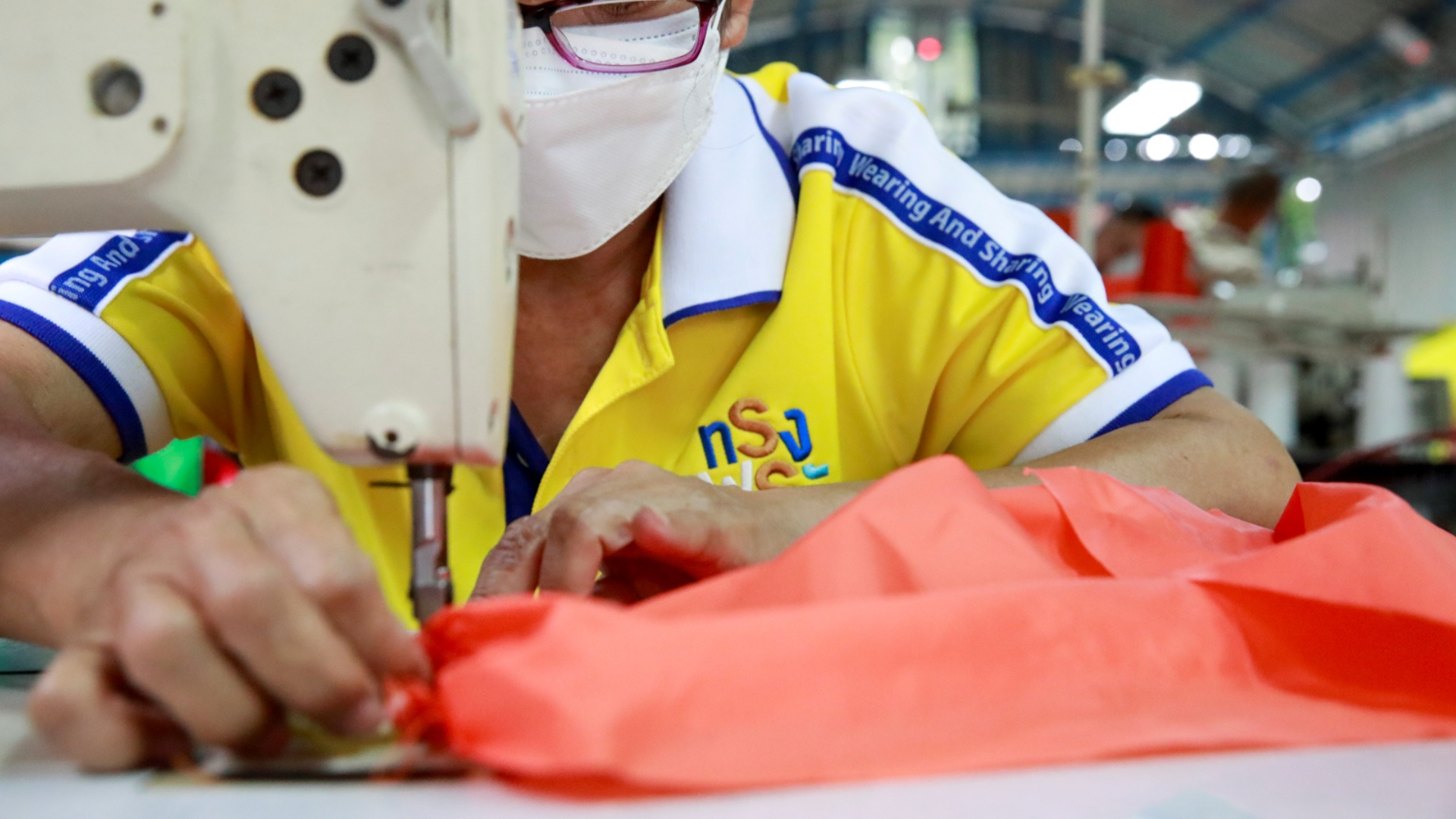 Turning plastic bottles into protective clothing against Covid-19 - Photo 2