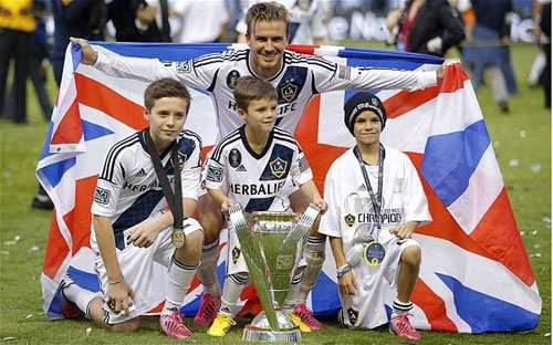 Con trai Beckham theo nghiệp bố