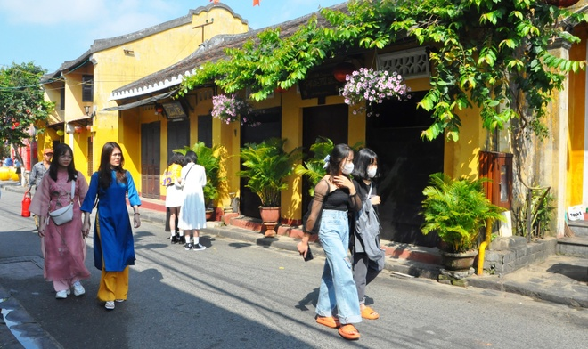 Crowds of visitors to Hoi An ancient town travel spring in the first days of the new year - photo 7