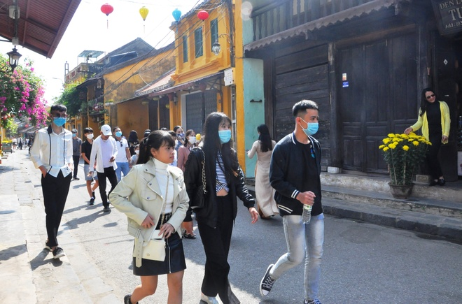 Crowds of visitors to Hoi An ancient town travel spring in the first days of the new year - photo 8