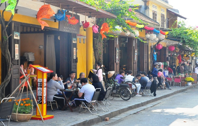 Crowds of visitors to Hoi An ancient town travel spring in the first days of the new year - photo 3