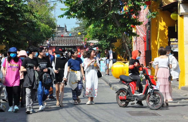 Crowds of visitors to Hoi An ancient town travel spring in the first days of the new year - photo 2
