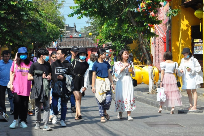 Many tourists come to Hoi An ancient town to travel spring in the first days of the new year.  /// PHOTO: THUY DUONG