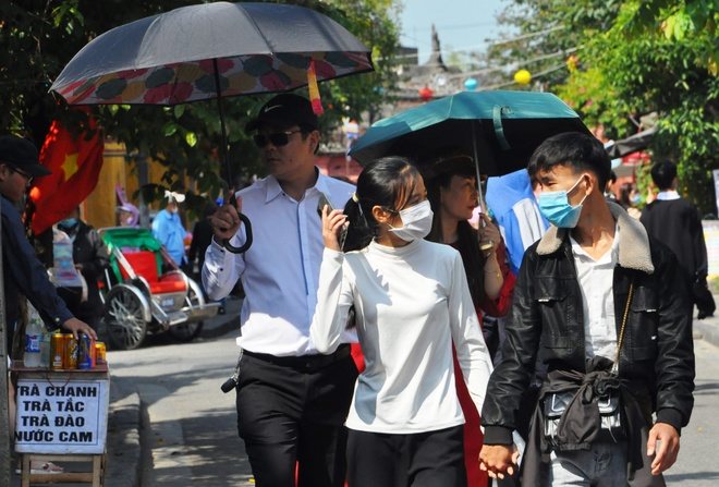 Crowds of visitors to Hoi An ancient town travel spring in the first days of the new year - photo 5