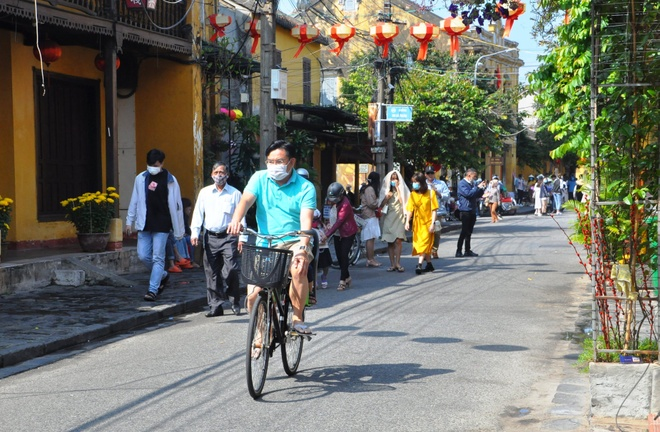 Crowds of visitors to Hoi An ancient town travel spring in the first days of the new year - photo 6