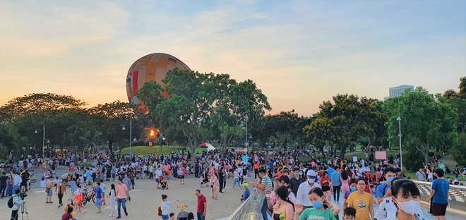 Thousands of people squeezed their feet, lined up to experience the hot air balloon /// Photo: Tan Dat