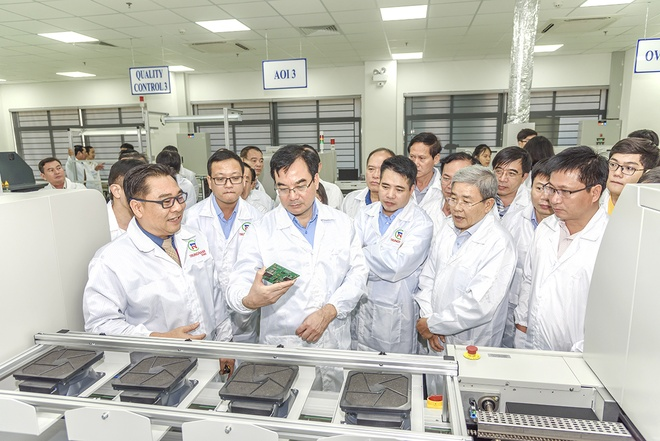 Mr. Peter Huynh, CEO of Trung Nam EMS Joint Stock Company introduced the high-tech production line at the SMT high-tech electronics research factory of Trung Nam EMS