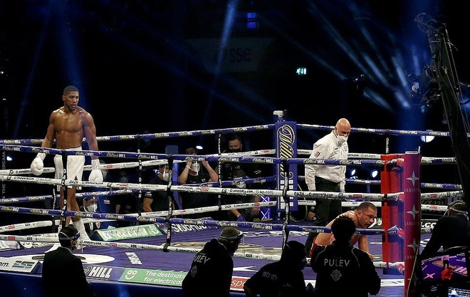 Anthony Joshua (trái) hạ knock-out Kubrat Pulev  /// AFP
