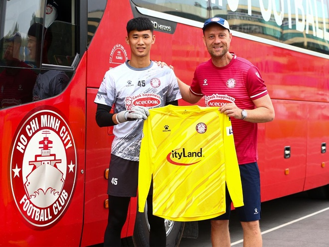 Fans said bitter words to Bui Tien Dung when Ho Chi Minh's club signed a young goalkeeper - photo 1