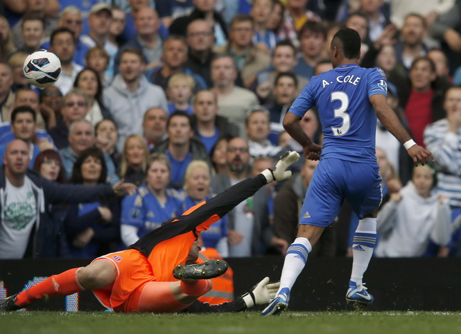 Chelsea thắng may nhờ Ashley Cole