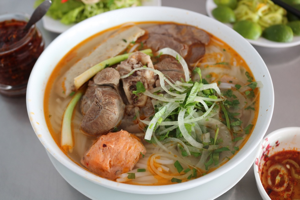 Special bowl of beef noodle soup is priced at 50,000 VND.  Bowl of vermicelli and ingredients.  Guests should consider choosing the appropriate bowl type.  /// Photo: Trinh Thanh
