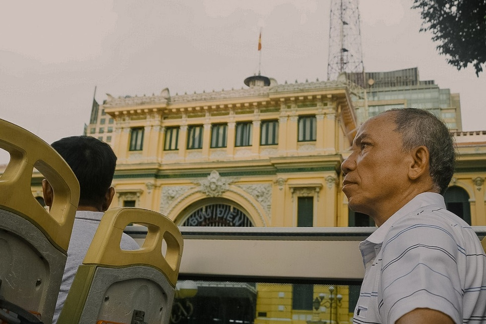 Wandering around Ho Chi Minh City 'from familiar to strange' on the top of the bus - photo 11