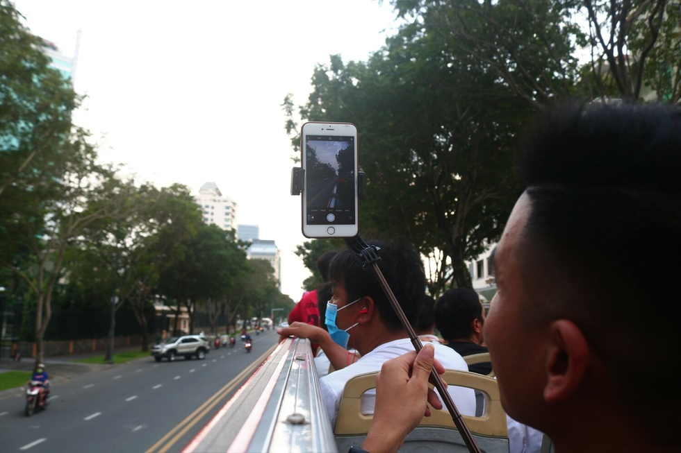 Wandering around Ho Chi Minh City 'from familiar to strange' on the top of the bus - photo 12
