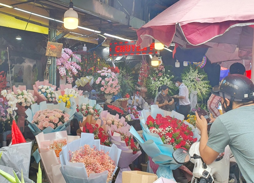 Roses cost 3 million / bunch, Ho Thi Ky market bustling Valentine's Day 14.2 - photo 4